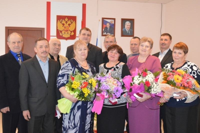 Глава района гп дзалба зачитывает пилимонкиной др благодарственное письмо от президента россии ввпутина